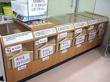 駅内売場には地元野菜や、むらさき麦きしめん、うどん、八丁味噌もある。道の駅には珍しいお米の販売もあり、もちろん岡崎産のお米を取り扱っています。