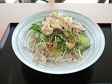 レストランでは地元名産の「むらさき麦」を練りこんだきしめんをサラダと一緒にさっぱり食べられ、暑い時期にはぴったりです。ボリュームもあり満足できます。きしめんは駅内でも購入できます。