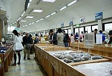産直品販売スペースも大賑わい。野菜やソーセージ、タマゴから、ハーブや盆栽・鉢植えまで揃っている。特に野菜は大人気で、売り切れとなった棚も目立つ。ただし、地元産ではない品物も多いのはやや残念。