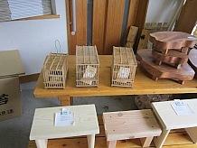 ヒノキ材の加工品の中に竹で作った小鳥の飼育かごがありました。昔はメジロやウグイスをこのかごで飼っていましたが、野鳥の飼育には厳しい制限がつくため今ではあまり見かけません。