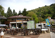 この道の駅のメインはレストラン。メニューは他の富士五湖周辺の道の駅と大差ないが、オープンカフェがあるのが良いところ。イタリア風のサンドイッチとエスプレッソコーヒーがウリ。朝霧高原プレミアムソフトクリームもある。