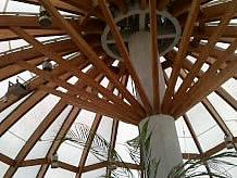 どんぶり屋根の内側はやさしい光を取り込み、1階にも届くように吹き抜けになっています。高い天井のためか、時間がゆっくり流れている気がします。