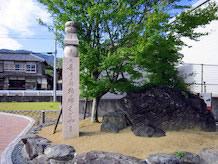 高野山町石道(高野山参詣道約24km)に残されている町石を模造したものがあります。これが九度山町から高野山根本大塔まで1町(109m)ごとに180基あります。