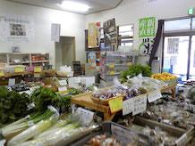 館内に入ると地場野菜がところせましと陳列されています。売り場面積は約20帖くらいでしょうか、通路も狭いので人がすれ違えません。手のひらくらいの川蟹が生きたまま売られていました。