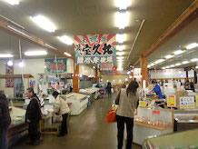 魚匠の画像です。日本海直送の鮮度あふれる海の幸や阿賀野川で獲れたカニも売られていて、県内外へ発送できます。入口では鮎の塩焼き、浜焼きの屋台も出ており、観光客に人気があります。