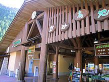建物は太い木の柱が象徴的で、耐震のため方杖と筋違いで補強してあります。内壁は白塗と板張りで和風建築の趣を出しています。