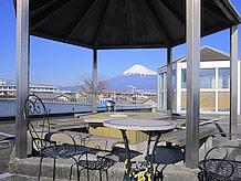 上り側建物屋上の展望台が富士山ビューポイントで、ここから富士山がよく見えます。天気のいいときはここでお弁当を食べて休憩するのが楽しいです。