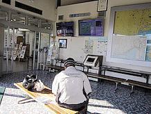 情報コーナーは建物中央にあり、椅子が備えられているのでここでも休憩できます。
