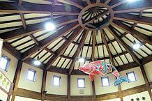 建屋内の天井には、カラフルな鯨が飾られています。「万祝クジラ」というそうです。大漁旗を模したカラーリングですね。バイクでいうと、ワークスカラーといったところでしょうか。