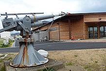 建屋の裏手には、実際に船で使用されていたと思われる捕鯨砲が、ひっそりと佇んでいます。原理としては、モリと同じなのでしょうが、相手がクジラとなると、流石にモリの部分の太さ、長さに驚きます。