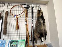 そのまま状態の狸の毛皮が売られているのは珍しいです。また自然木を加工した杖が売られています。