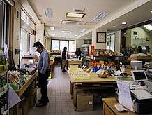 物産販売コーナーは窓が大きく取られて明るく、隣にあるレストランは天窓からの採光が十分注いでいます。照明器具の点灯が少ないように省エネ化してあります。