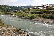 由良川に面した天然のロケーションは極上もの。特に春から秋にかけて訪れると、川のせせらぎとともに心地良い風景に溶け込める。川辺でゆっくりと体を伸ばしながらほぐしてやれば、疲れも吹っ飛ぶはずだ。