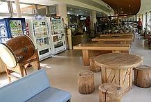 施設内の休憩スペースも充実している。木製のテーブルとイスが設置された屋内の休憩所には自動販売機も用意されているので、雨や日差しを避けて休憩したいときはここでくつろぐことができる。
