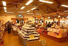 本館にはレストラン・喫茶のほか売店・特売所があり、地元の食材を使用した多くの商品が販売されている。特にドレッシングやソースなどの調味料は、ここだけのオリジナルとして主力商品となっている。