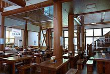 お食事処(郷路館:ごろうかん)は、1、2階の広い食事スペースを備え、木材を基調とした重厚感のある造りです。