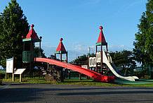 いちごの城をイメージした複合遊具です。公園スペースには、この複合遊具を主体として、こまかな遊具やベンチが点在しており、家族のくつろぎ空間となっています。