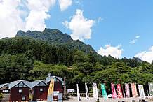 駐車場の山側には、岩肌が雄々しい妙義山を仰ぐ事ができます。この日は、妙義山の周囲を飛ぶパラグライダーを見る事ができました。山の中腹には、「大」という文字が飾られています。
