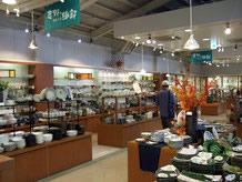 何よりも一番に見たいのは土岐市が誇る陶磁器の製品です。店内には様々な種類の品が揃い、見て回るだけでも楽しめる。商品も訪れる時期により入れ替わりがあるので、何度訪れてもお気に入りが発見できそうです。