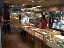 岐阜では知らない人はいない「恵那川上屋」が展開する里の菓茶房。1Fは名物の栗きんとんを始め和洋菓子を販売している。2Fのカフェスペースでゆっくり和むこともできます。