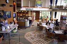 ナトリウムと名が付いている観光情報発信している休憩コーナーで、物産販売コーナーから階段を下りた場所にあります。