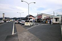 道の駅東側には「お百姓市場」という物産販売館があり、駐車場は共用になっています。ただこちら側にもバイク置き場はありません。