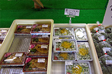 簡単なお弁当が売られていましたが、珍しい「芹ご飯」が売られていたので買い求めました。セリは水田に生えている草(私は草と思っている)を炊き込んだもので珍味です。