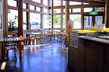 レストランは開店したてだったので、喫茶コーナーオープンの看板がでていました。コーヒー、ソフトクリームやカレーetcと書いてありましたが、お客さんは買い物に忙しいようで誰も入っていませんでした。