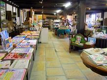 インフォメーション・ショップは観光パンフレットが多く置いてあるほか、ショップコーナーは「はなまる市場」とは違った商品が販売されています。