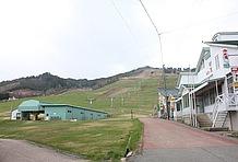 センターハウスの脇を抜けると、すぐ背後にモンデウススキー場が広がっている。駐車場からゲレンデまでの距離が近く、オンシーズン(冬季)であれば利用者にとって利便性の高いスノーパークなのだろう。