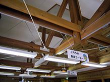 耐震補強された梁の水平ブレースです。壁にも太い丸鋼の筋違が入っていて、木造でこれほどの耐震補強された建物は少ないです。
