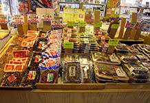 漁協直営店らしく生魚や海産物の加工品が多く販売されていました。午後に訪れた時には冷凍されている商品は少なくなっていました。