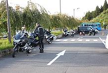 メイン駐車場に入り、交通整理員に誘導されてバイクを駐車したのは来場車両が通行する道の片隅。幅が広いとは言え、駐車スペースに出入りするクルマからすればバイクは邪魔に思える場所。駐輪場は無い。