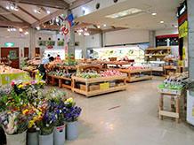 農産物販売コーナーは買いやすい配置で農産物が並べられており、赤物野菜や青物野菜が多くありました。春先にはタケノコが多く出るとのことです。