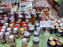 蜂蜜とブルーベリーの瓶詰があり、蜂蜜は同じ価格でも色の濃淡があります。