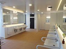トイレは建物内と別棟の二箇所にあります。写真の広くてきれいな方は、24時間使用可能です。いつまでも美しさを維持して欲しいものです。