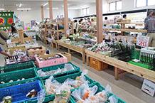 近隣農家で採れた野菜がいっぱいの新鮮市場エリア。野菜、果物、魚介類等、数多く揃えられており、休日は地元住民の方々で非常に賑わっていました。