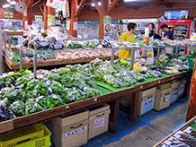 野菜販売コーナーが大部分を占めており、お客さんもほとんどが野菜目当てでした。果物から葉っぱものまで豊富に販売されています。