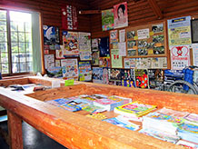 情報提供と休憩所には観光パンフレットが多く置いてあり、丸太椅子がパンフレット置き場の周りに置いてあります。横になっての休憩は出来ません。