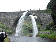 通潤橋は観光の目玉として橋の中央から放水を行う。季節にもよるが、土日の昼12時から10分間だけとチャンスはわずか。訪れる場合は事前にHPで確認すること。観光バスが昼の12時に集まるので渋滞にも注意。別途1万円払うと時間外でも放水してくれるとか。