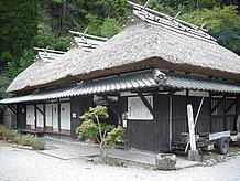 民族資料館(古民家) 40代~50代にとっては、とてもなつかしい昔ながらの藁葺き屋根の家。様々な古民具が展示されており、趣きが良い。他にも通潤橋をはじめ、山都町近隣の歴史的、地理的な資料を公開、展示する資料館がある。