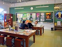 校舎1階の教室が改造されて、まちのコンシェルジュという案内所になっています。教室だった名残の黒板もそのままです。