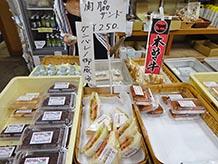 木曽ではみんなで大相撲力士の御嶽海を応援しています。こちらでは関脇サンドが目玉。道の駅の施設内にある、みたけグルメ工房で早朝から調理され、お弁当もおいしいと人気があります。