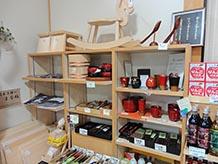 木曽といえばヒノキ!昔からの特産として木工品、木曽漆塗りが今でも人気。箸や箸置き、はがき、ストラップなどの小物もお手頃でいいですよ。