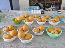 地元で採れた新高梨(にいたかなし)。柔らかな果肉でみずみずしく甘いのが特徴です(収穫:8月中旬~10月上旬)。他にも7月上旬~8月中旬には幸水梨、や8月上旬~9月中旬に豊水梨といった品種が楽しめます。