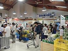 農産物や加工品はとにかく人気があり、朝早くから大勢のお客さんで賑わっています。