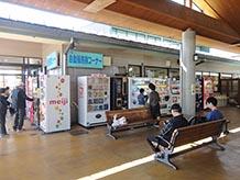 情報交流室の横に自販機コーナーとトイレがあります。屋根もあり広々とした空間です。