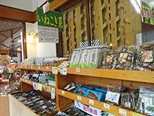 風穴で貯蔵された稲核菜の漬物はお土産にも喜ばれるでしょう。食堂では稲核菜そばが食せます。地元のおばちゃん手作りの稲核おやきもおいしいですよ。