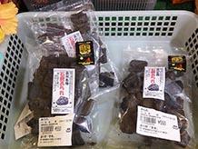 食用炭には食物繊維が豊富に含まれ、脂肪や糖分などを吸着させる働きがあるそうです。炭自体は無味無臭なので、田川名物石炭あられも見た目のインパクトこそありますが、美味しいあられです。
