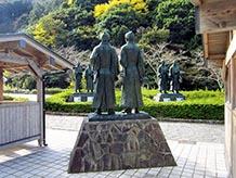 松下村塾(しょうかそんじゅく)の塾生10人が対面している銅像があります。9人は着物に袴姿ですが、高杉晋作だけが鎧姿です。